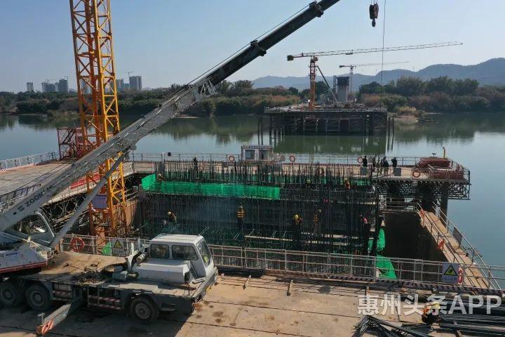 正在施工中的广汕高铁东江特大桥。