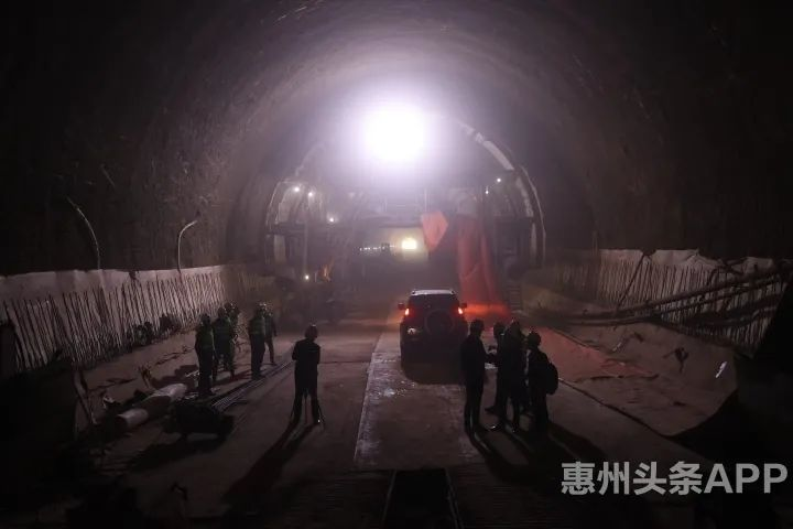 广汕高铁红花湖隧道掘进中。